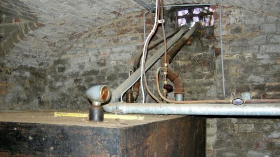 Demontage eines kellergeschweißten Stahltanks