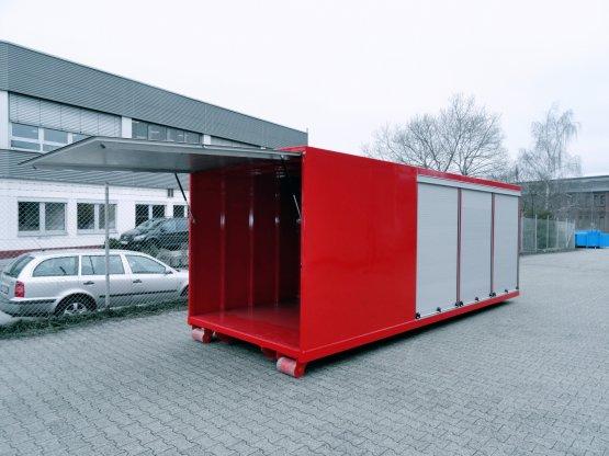 Feuerwehr-Abroll-Container in geschlossener Ausführung mit seitlichen Rolläden und großer Heckklappe