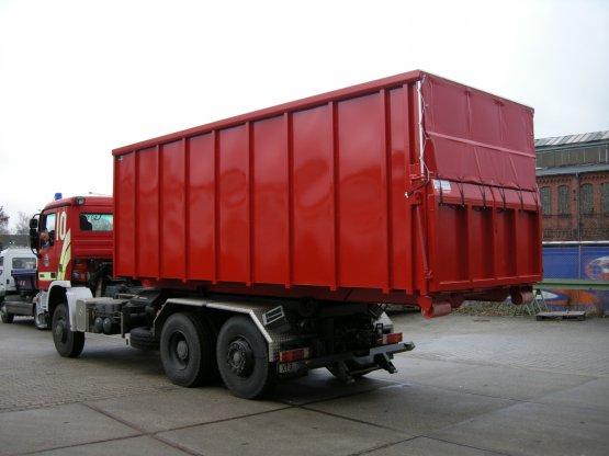 Feuerwehr-Abroll-Container in geschlossener Ausführung mit überfahrbarer Heckklappe