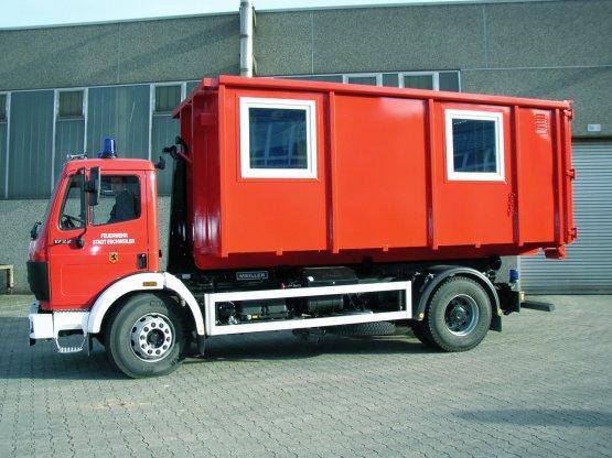 Feuerwehr-Abroll-Container in geschlossener Ausführung mit Seitenfenstern und Seitentüren